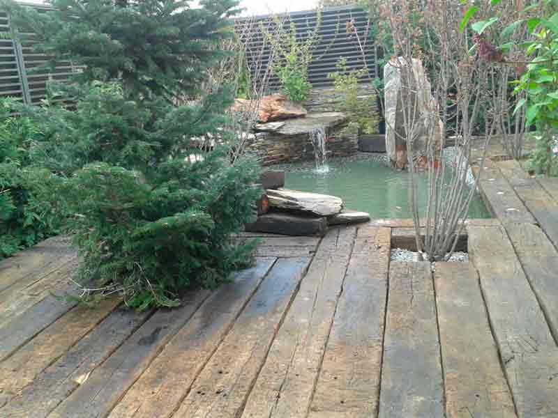 Decoración de jardín con piedra y madera