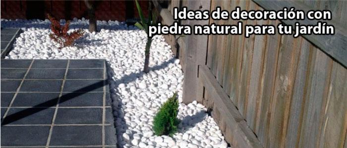 Decoración de jardines con piedra natural triturada y rodados blancos. Viveros Coronado en Navalcarnero, Madrid