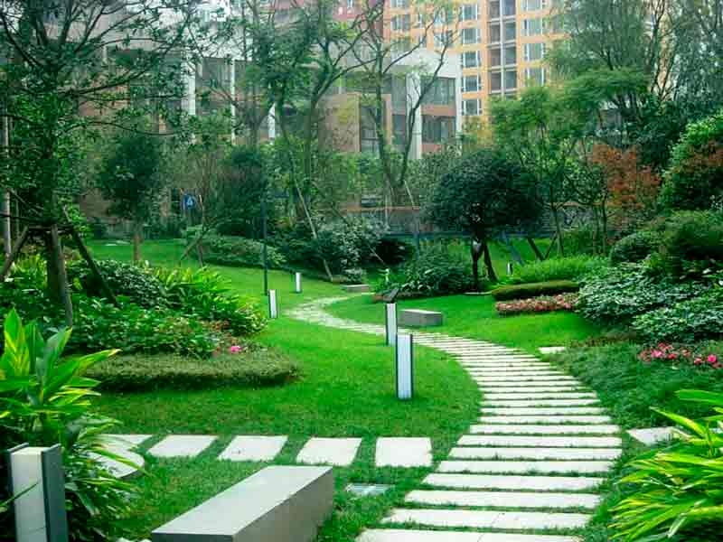 Jardines con césped natural, pasillos con piedra