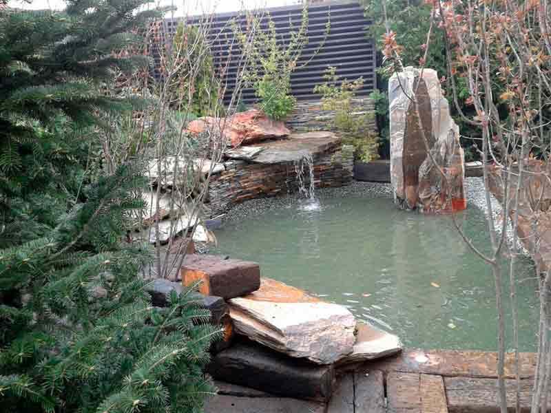 Piedras, pizarras, madera y con estanque