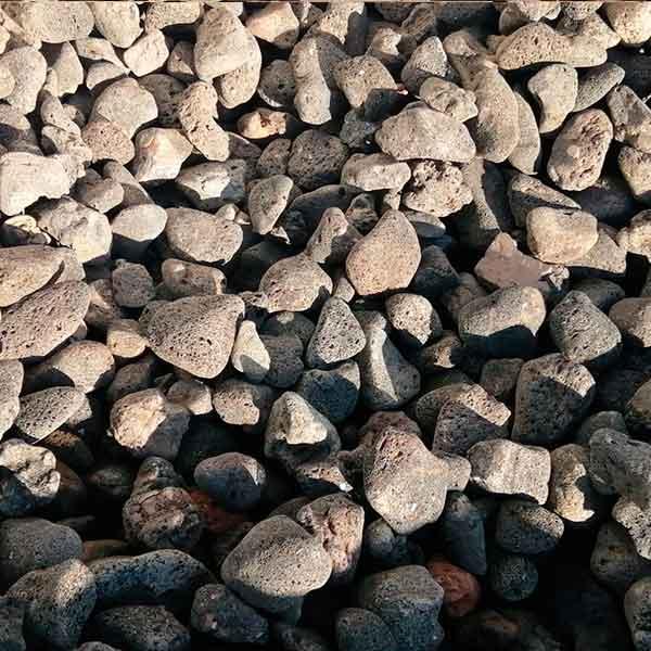 Rodado volcán. negra<br /> granulometria 20-40. Viveros Coronado en Navalcarnero (Madrid)